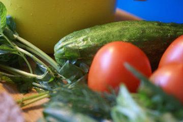 Courgettepizza met tomaat, mozarella en rucola