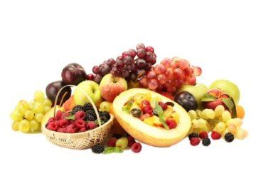 Fruitsalade met honingmeloen, mandarijnen en rode bessen