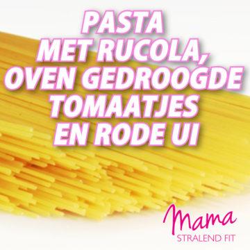 Pasta met rucola, ovengedroogde tomaatjes en rode ui