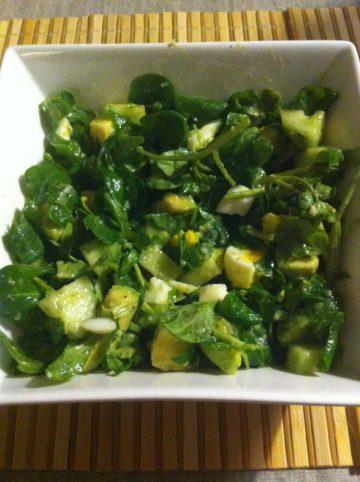 Salade met avocado, waterkers, veldsla, komkommer en ei