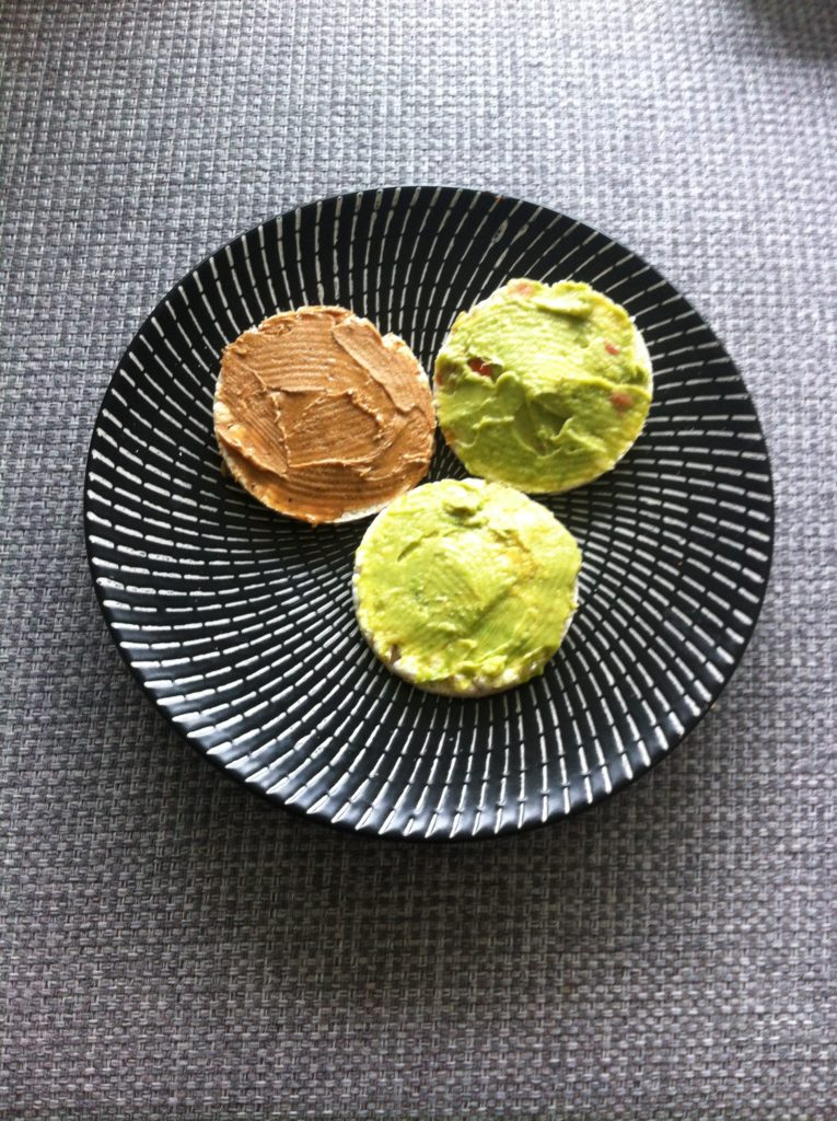 rijstwafels met avocado en pindakaas