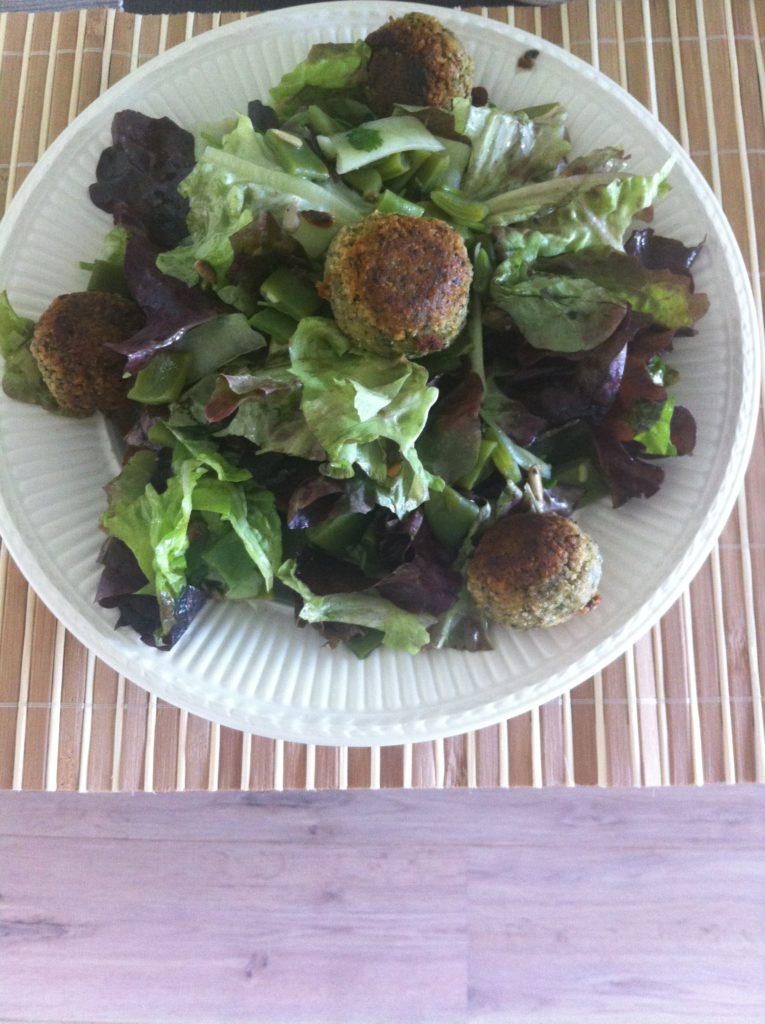 salade met falafelballetjes